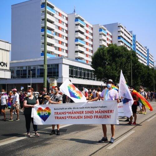 Die SPD Lichtenberg demonstriert für die Rechte von queeren Personen.