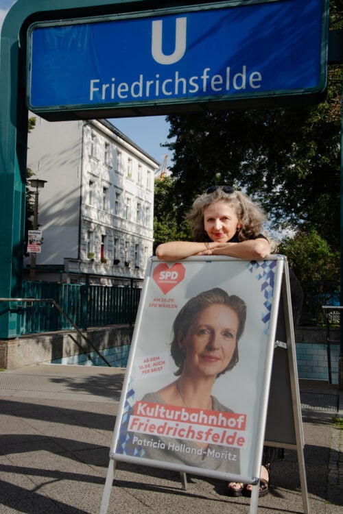 Patricia Holland Moritz mit dem Kampagnenplakat. Der U-Bahnhof Friedrichsfelde soll Kulturbahnhof werden